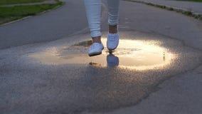 Punto corrente dei piedi della donna nello stagno di acqua video d archivio