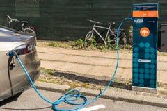 Punto de carga del coche eléctrico en Copenhague Foto de archivo
