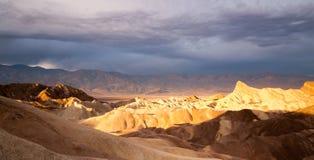 Punto de Death Valley Zabriske de la cordillera de Amargosa de los Badlands de la salida del sol Imagenes de archivo