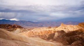 Punto de Death Valley Zabriske de la cordillera de Amargosa de los Badlands de la salida del sol Imágenes de archivo libres de regalías