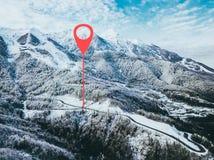 Punto de Geotag en el camino en alguna parte en montañas Árboles cubiertos con nieve visión aérea b imágenes de archivo libres de regalías
