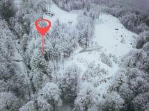 Punto de Geotag en el camino en alguna parte en montañas Árboles cubiertos con nieve visión aérea b imagenes de archivo