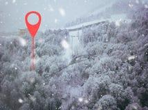 Punto de Geotag en el camino en alguna parte en montañas Árboles cubiertos con nieve visión aérea b foto de archivo libre de regalías