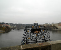 Punto de la buena suerte en Charles Bridge, Praga, República Checa Imágenes de archivo libres de regalías