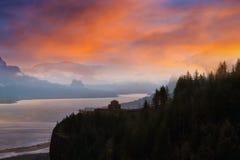 Punto de la corona en la garganta del río Columbia durante salida del sol fotografía de archivo