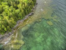 Punto de la cueva en el lago Michigan en Wisconsin fotos de archivo