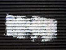 Punto de la pintura blanca en las persianas de rodillo viejas Fotos de archivo