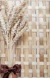 Punto de los oídos del trigo en la textura de madera Fotografía de archivo libre de regalías