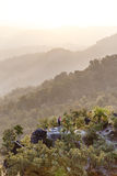 Punto de observación del paisaje de la montaña de la madrugada con niebla en Umphang Provincia de Mae Hong Son, Tailandia Fotografía de archivo libre de regalías