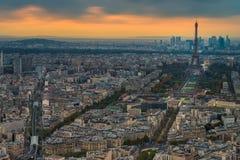 Punto de opinión aérea de la torre Eiffel durante tiempo de la puesta del sol Foto de archivo