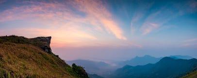 Punto de opinión del Fa de la ji de Phu de las montañas de la roca de la salida del sol foto de archivo