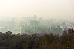 Punto de opinión de la ciudad de Almaty en niebla Fotos de archivo libres de regalías