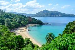 Punto de opinión del paisaje marino de la playa de Kamala en Phuket Tailandia Imagen de archivo libre de regalías