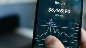 Punto de precio del pico de máximo récord de Bitcoin en diciembre de 2017 en la pantalla del teléfono móvil almacen de metraje de vídeo
