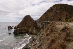Punto de vista al lado del puente grande en Big Sur, California, los E.E.U.U. de la cala foto de archivo libre de regalías