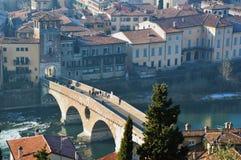 Punto de vista asombroso de la ciudad y del río Adige, Italia de Verona Foto de archivo