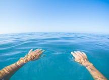 Punto de vista azul del mar a partir de la primera persona Imagen de archivo libre de regalías