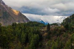 Punto de vista de la mañana de la naturaleza de las montañas de los paisajes Fondo del paisaje del senderismo de la montaña Nadie Foto de archivo