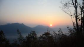 Punto de vista de la montaña del tok del phu en tiempo de mañana con la niebla y la salida del sol metrajes
