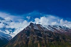 Punto de vista de la naturaleza de las montañas de la nieve del paisaje El senderismo de la montaña ajardina el fondo Nadie foto  Imagen de archivo libre de regalías
