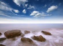 Punto de vista de la naturaleza del paisaje de Tailandia del cielo azul de la playa del sol del arena de mar Fotografía de archivo