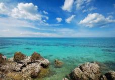 Punto de vista de la naturaleza del paisaje de Tailandia del cielo azul de la playa del sol del arena de mar Imagenes de archivo