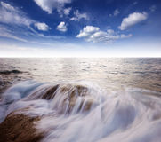 Punto de vista de la naturaleza del paisaje de Tailandia del cielo azul de la playa del sol del arena de mar Foto de archivo