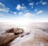 Punto de vista de la naturaleza del paisaje de Tailandia del cielo azul de la playa del sol del arena de mar Foto de archivo libre de regalías