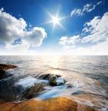 Punto de vista de la naturaleza del paisaje de Tailandia del cielo azul de la playa del sol del arena de mar Fotografía de archivo libre de regalías