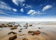 Punto de vista de la naturaleza del paisaje de Tailandia del cielo azul de la playa del sol del arena de mar Imagen de archivo libre de regalías
