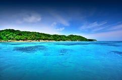 Punto de vista de la naturaleza del paisaje de Tailandia del cielo azul de la playa del sol del arena de mar Fotos de archivo