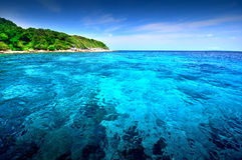 Punto de vista de la naturaleza del paisaje de Tailandia del cielo azul de la playa del sol del arena de mar Fotos de archivo libres de regalías