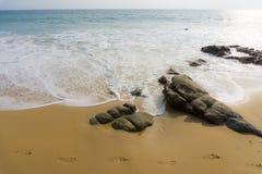 Punto de vista de la relajación de la luz del día de la arena de la playa del mar Imagen de archivo libre de regalías