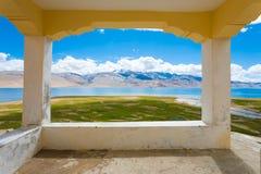 Punto de vista del balcón del lago tso Moriri de Ladakh enmarcado Foto de archivo libre de regalías