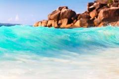 Punto de vista del paisaje de la relajación de la luz del día del sol de la arena del cielo azul de la playa del mar para la post Foto de archivo libre de regalías
