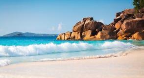 Punto de vista del paisaje de la relajación de la luz del día del sol de la arena del cielo azul de la playa del mar para la post Fotos de archivo libres de regalías