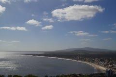 Punto de vista en la montaña que pasa por alto el mar imagen de archivo