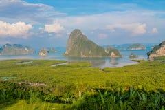 Punto de vista hermoso de la bahía de las islas en Tailandia foto de archivo libre de regalías