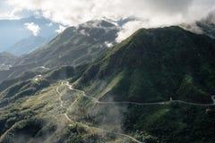 Punto de vista de la cordillera lo más arriba posible en la niebla en la tranvía Ton Pass Imagen de archivo