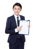Punto del dito dell'uomo d'affari a Libro Bianco della lavagna per appunti Fotografie Stock
