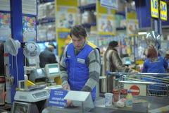 Punto del efectivo en tienda del hipermercado Imagenes de archivo