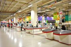 Punto del efectivo en tienda del hipermercado de Auchan Imagen de archivo libre de regalías