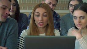 Punto del estudiante masculino su lápiz en la pantalla del ordenador portátil metrajes
