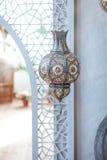 Punto del foco selectivo en la decoración de la linterna de la luz de Marruecos en el interior de la sala de estar - filtro liger Foto de archivo libre de regalías