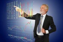 Punto del hombre de negocios su mano a la información b del mercado de acción de Digitaces Fotografía de archivo