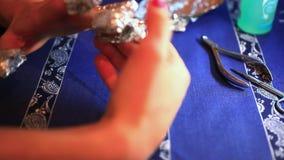 Punto del processo del manicure Rimozione del gel del chiodo facendo uso di stock footage