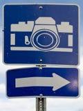 Punto del segnale stradale di interesse con l'icona bianca della macchina fotografica Immagine Stock