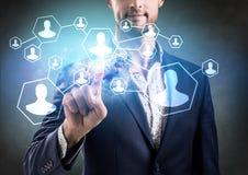 Punto dell'uomo d'affari sui legami nella rete sociale Immagini Stock