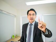 Punto dell'uomo di affari il suo dito fotografie stock libere da diritti