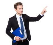 Punto della lavagna per appunti e del dito della tenuta dell'uomo d'affari su Fotografia Stock Libera da Diritti